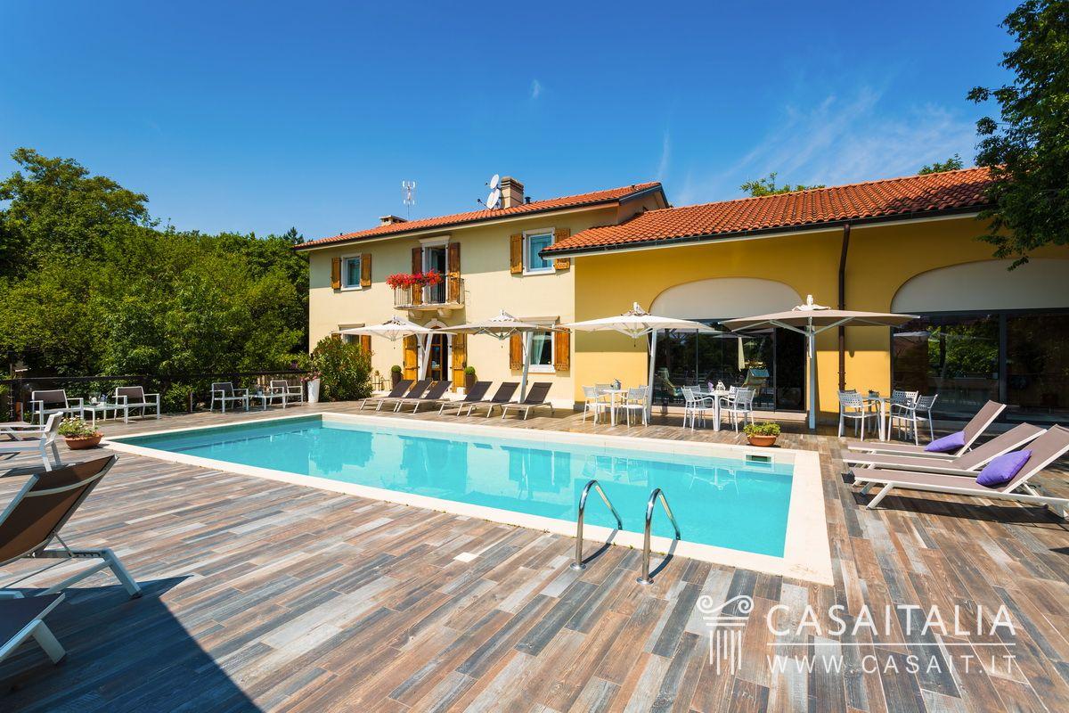 Villa con piscina a due passi dal mare for Villas con piscina