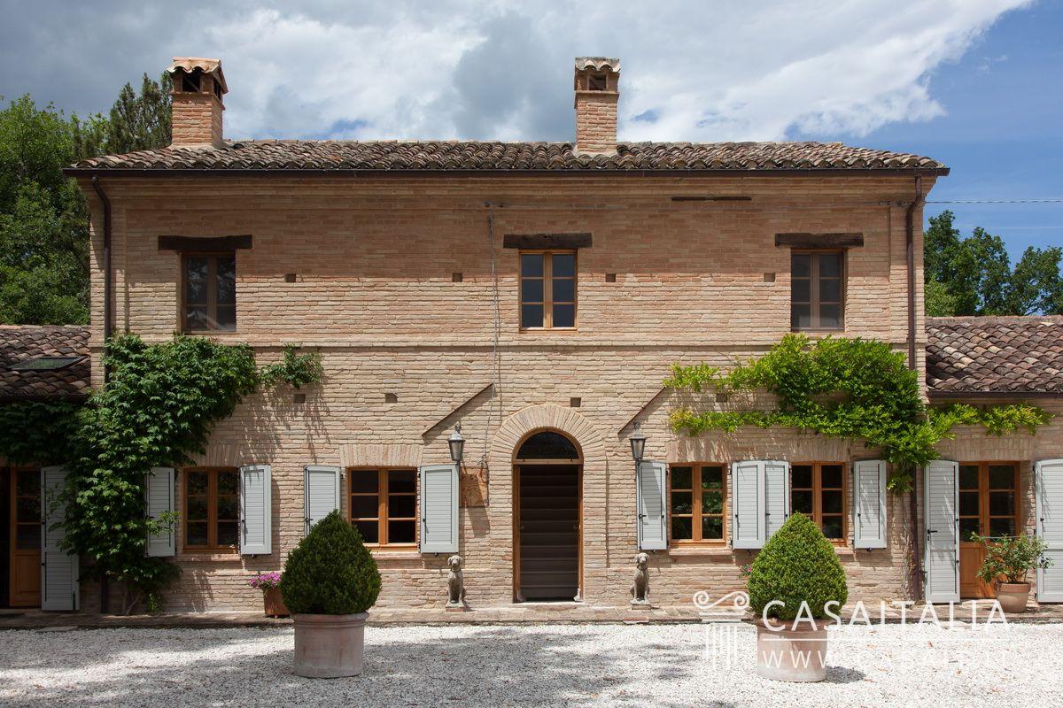 Casale Con Dependance In Vendita Nelle Marche