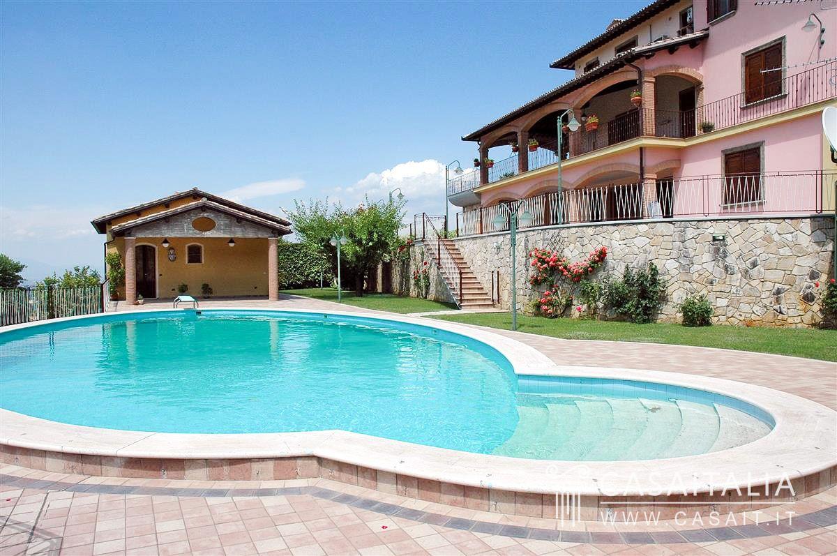 Villa con piscina a due passi da spoleto for Villas con piscina