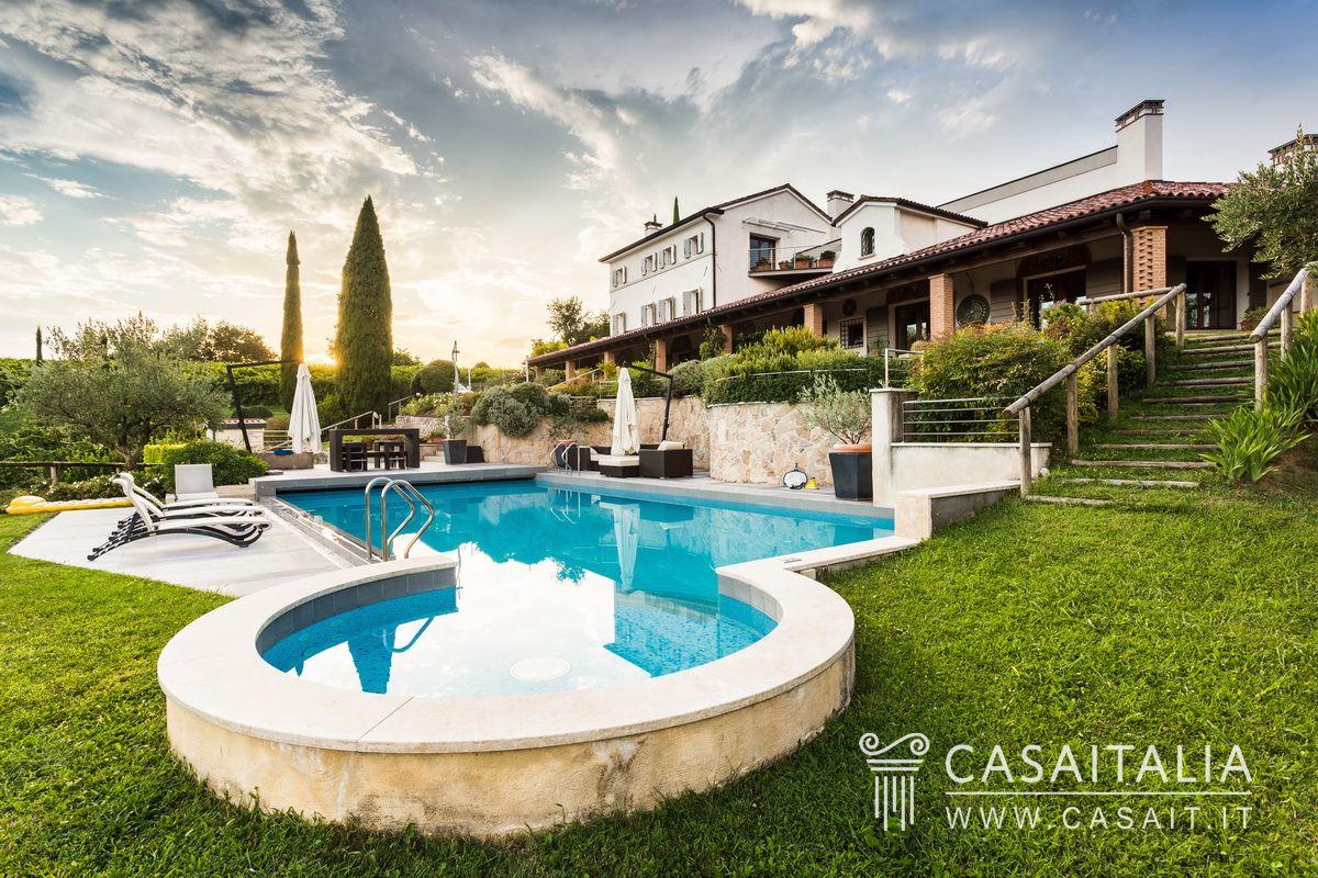 Villa di lusso con piscina e uliveto in vendita a conegliano for Vendesi ville di lusso