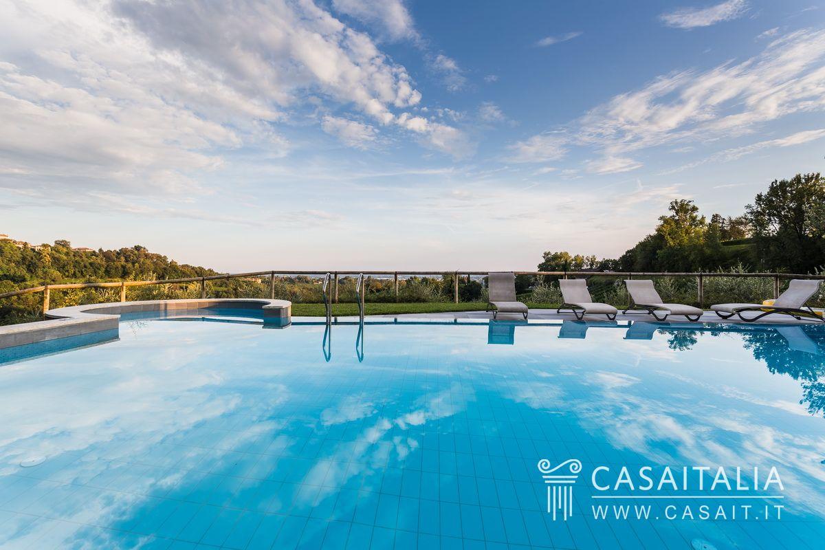 Villa di lusso con piscina e uliveto in vendita a conegliano for Piscina di lusso