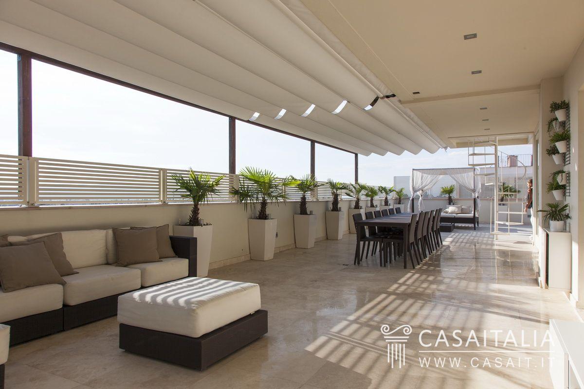 Attico con terrazzi panoramici a foligno for Immagini terrazzi arredati