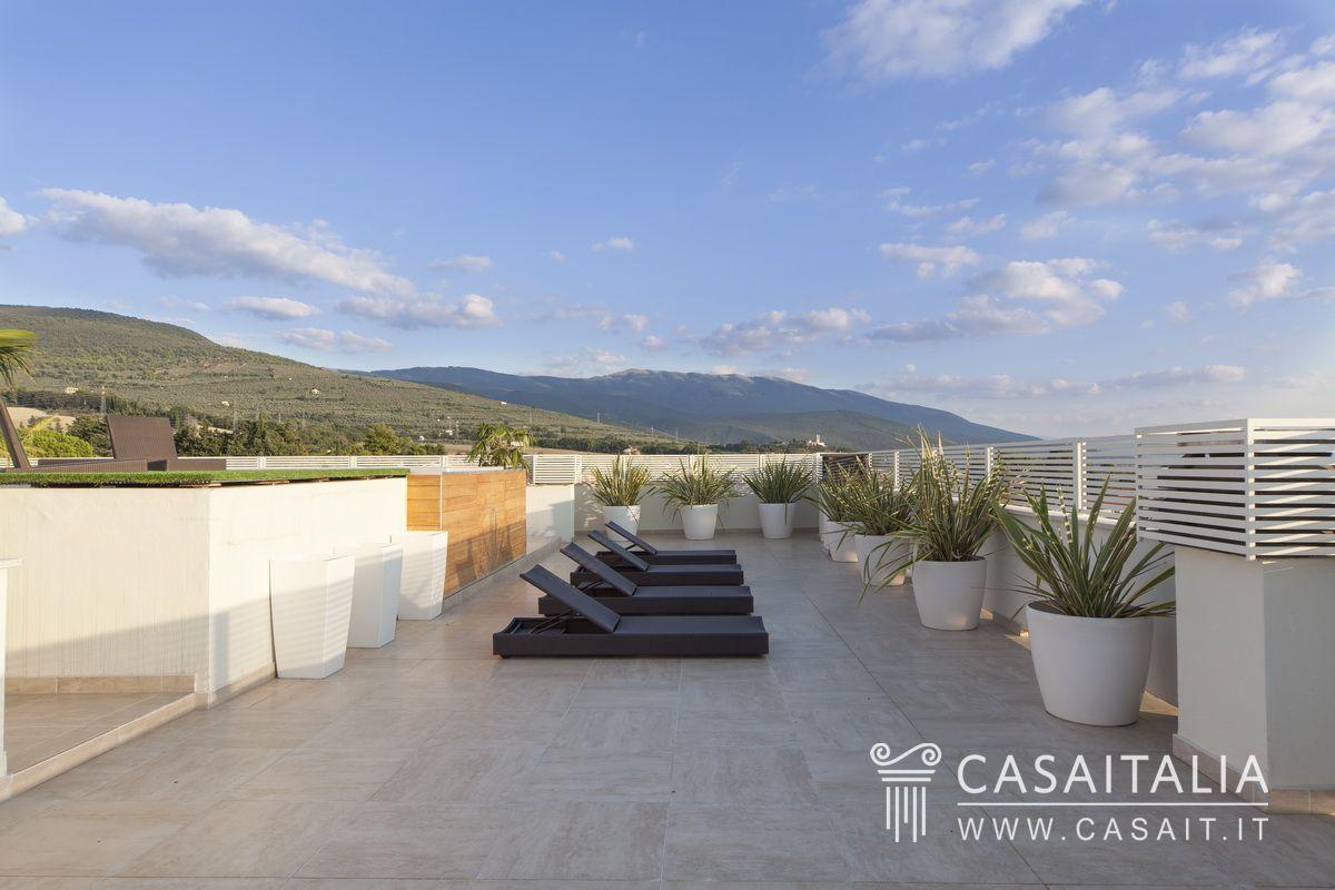 Attico con terrazzi panoramici a foligno for Terrazzo o terrazza