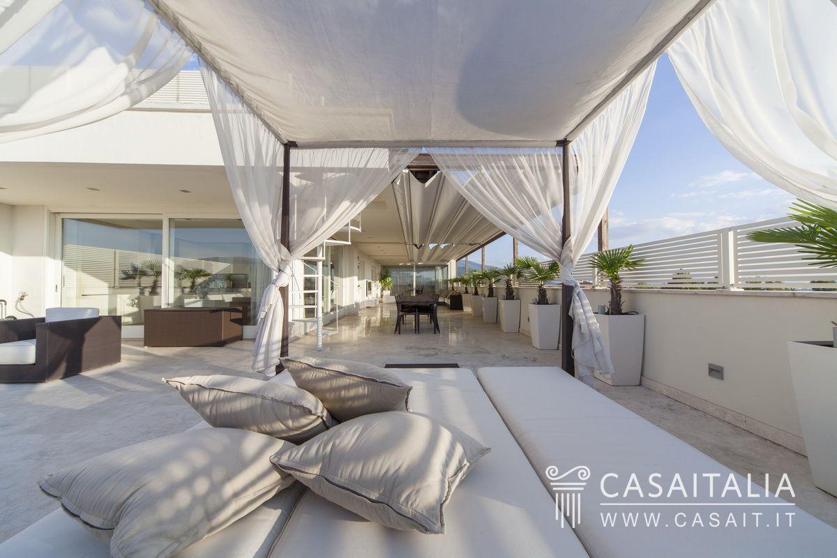 Attico con terrazzi panoramici a foligno for Terrazzi arredati