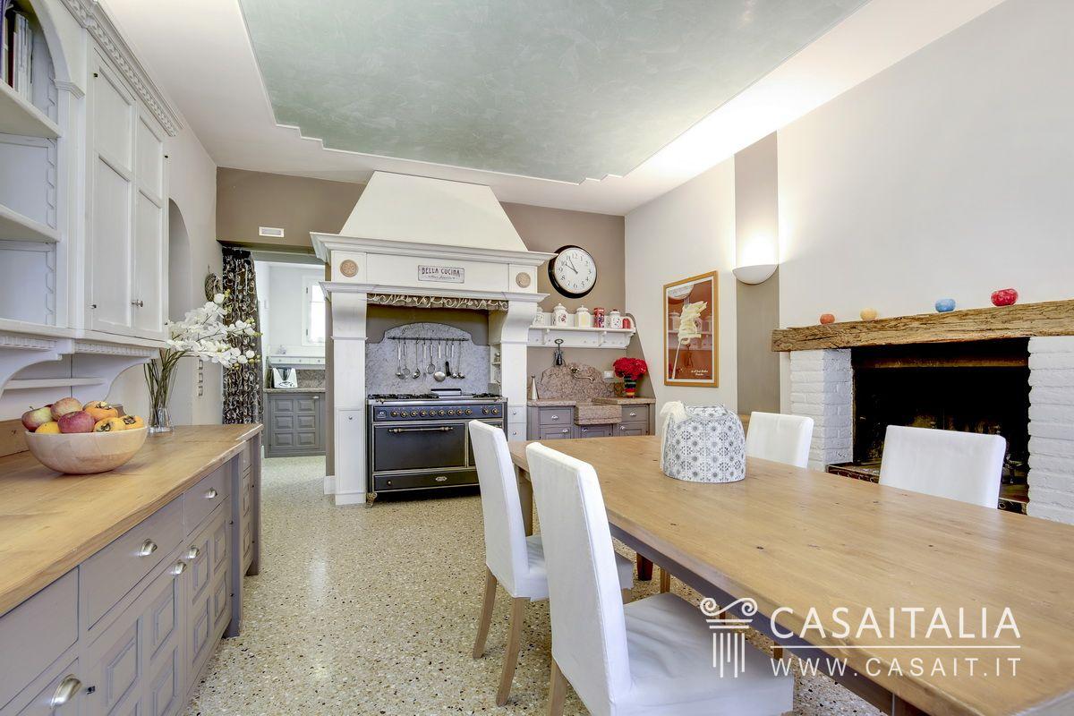 Villa di lusso con parco in vendita a conegliano - Camino in cucina ...