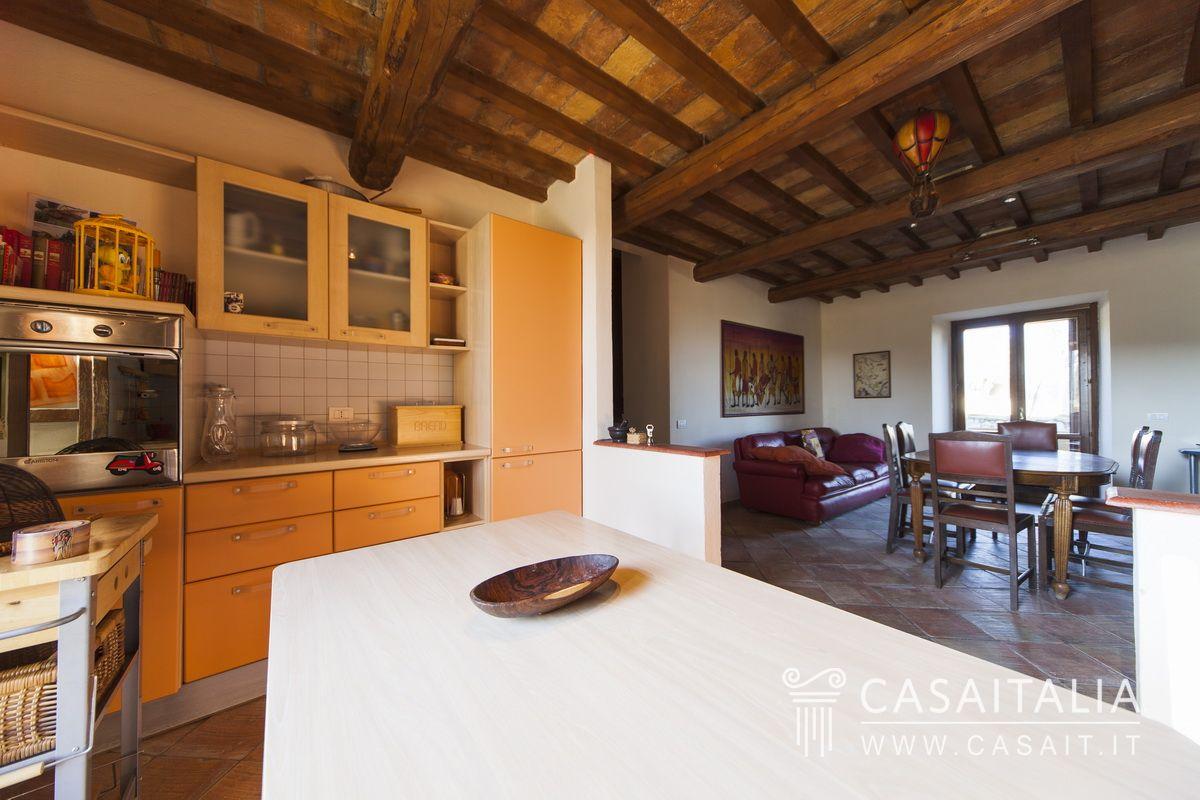 Casale con piscina e uliveto in vendita a giano dell 39 umbria for Cucina con sala da pranzo