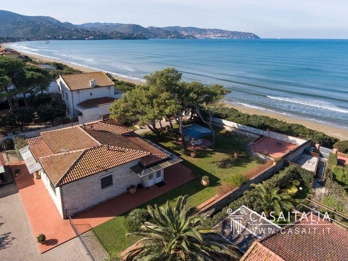 Villa sul mare in vendita all 39 argentario for Ville di lusso sul mare