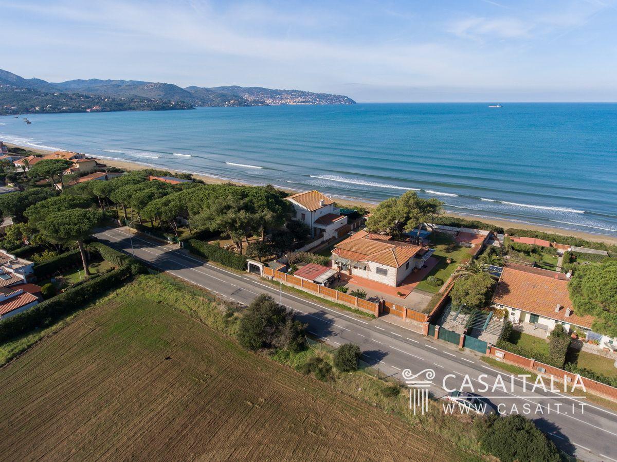 Villa sul mare in vendita all 39 argentario for Planimetrie della cabina della spiaggia