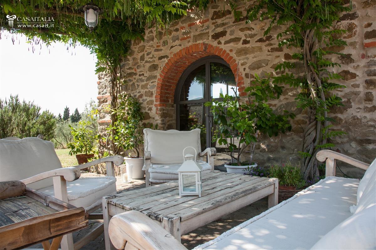 Toscana vendita casale con vigneto e uliveto for Interni di casali ristrutturati