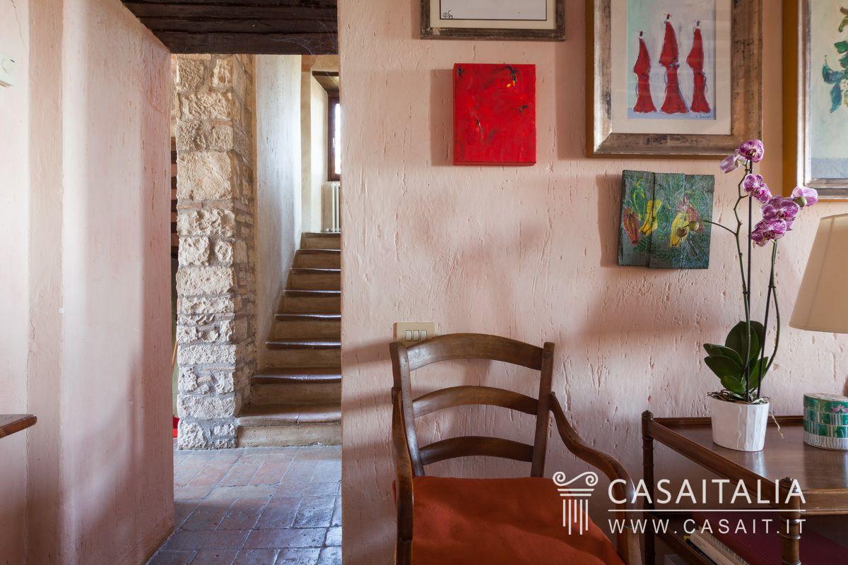 Borgo con casali annessi e 50 ettari di terreno in for Interni ristrutturati