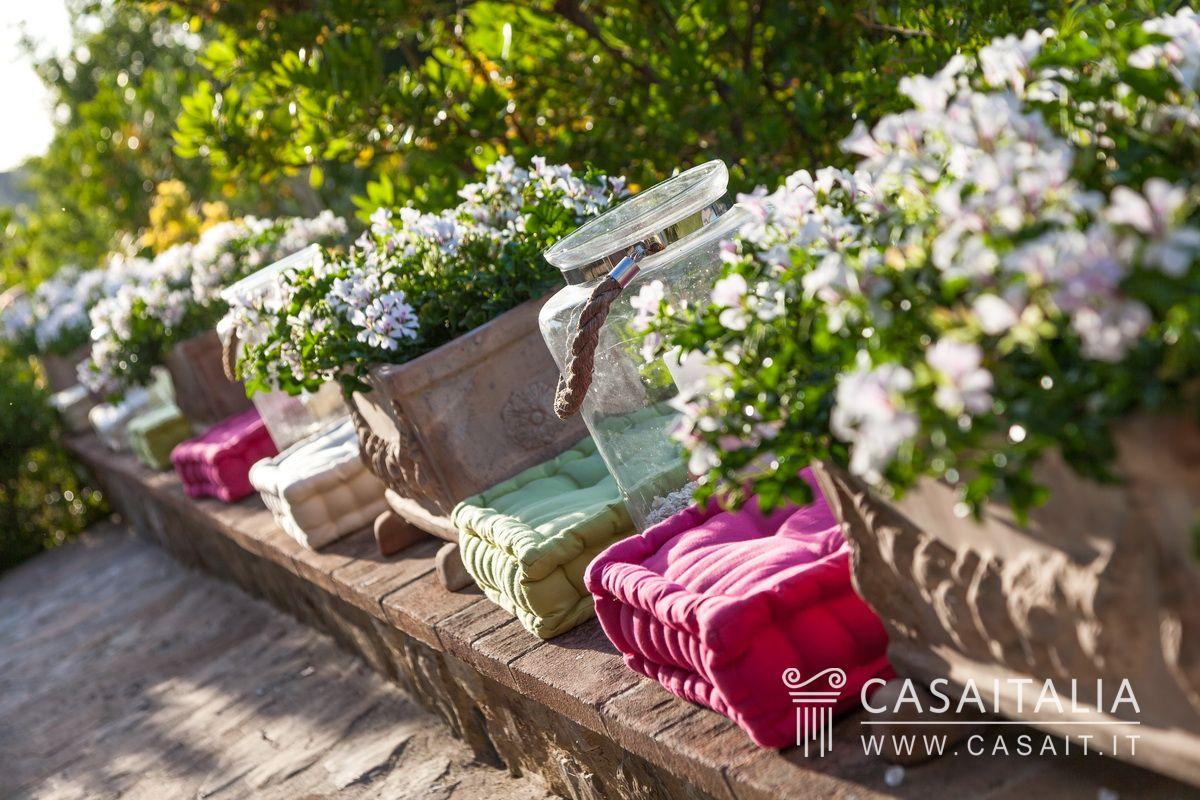 Villa di lusso con dependance e piscina in vendita a todi for Arredo giardino perugia