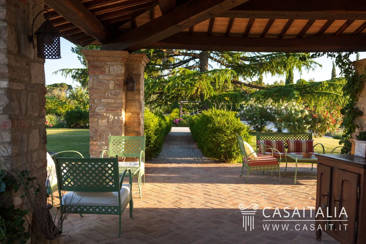 Villa di lusso con dependance e piscina in vendita a todi for Piani di stoccaggio con portico