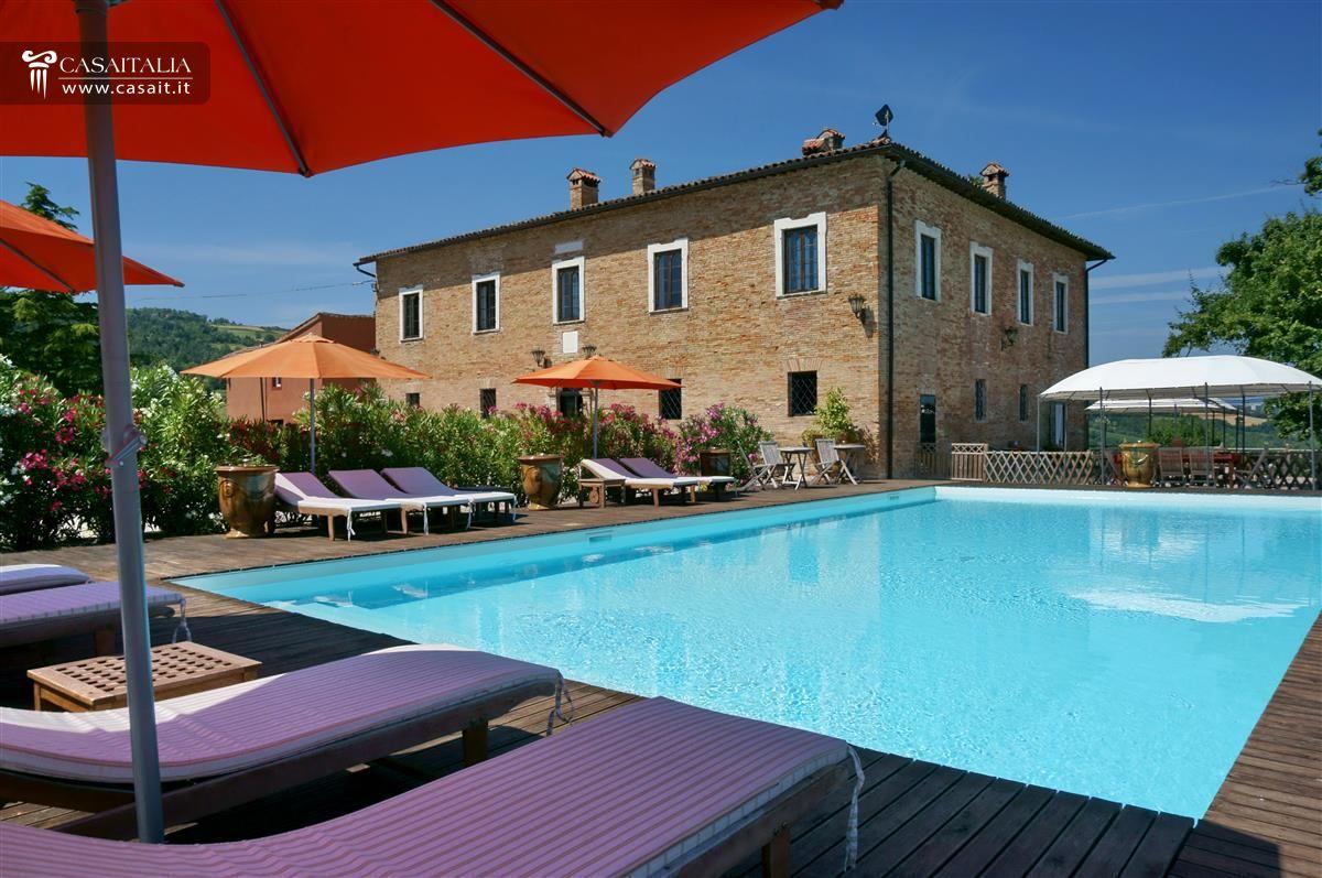 Villa con piscina in vendita nelle marche a urbino for Piscina urbino