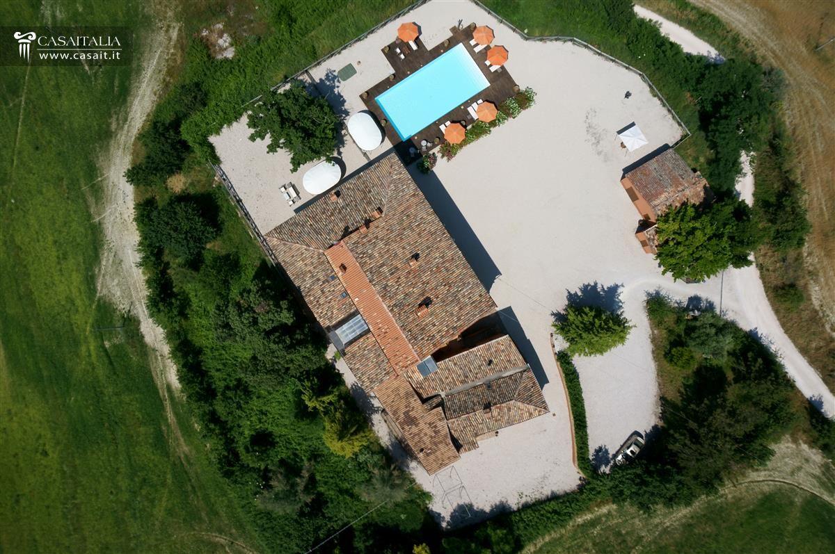 Villa con piscina in vendita nelle marche a urbino for Case in vendita con planimetrie