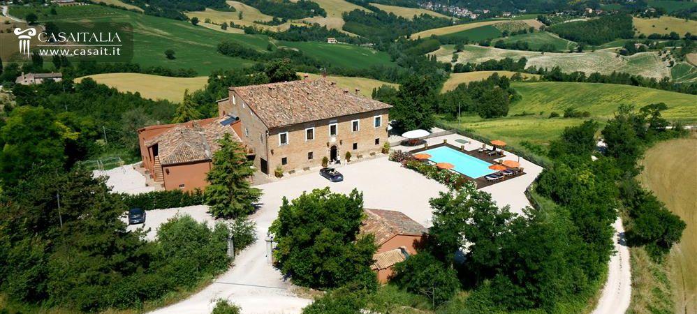 Villa con piscina in vendita nelle marche a urbino - Agriturismo con piscina nelle marche ...