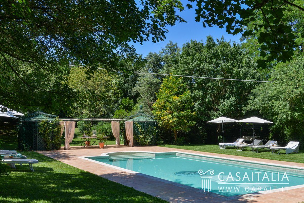 Villa di lusso con piscina in vendita a orvieto for Piscina di lusso