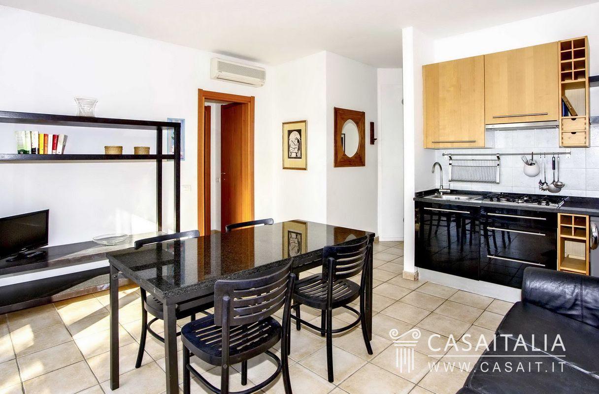 Villa sul mare suddivisa in appartamenti a roccamare for Appartamenti sul mare barcellona