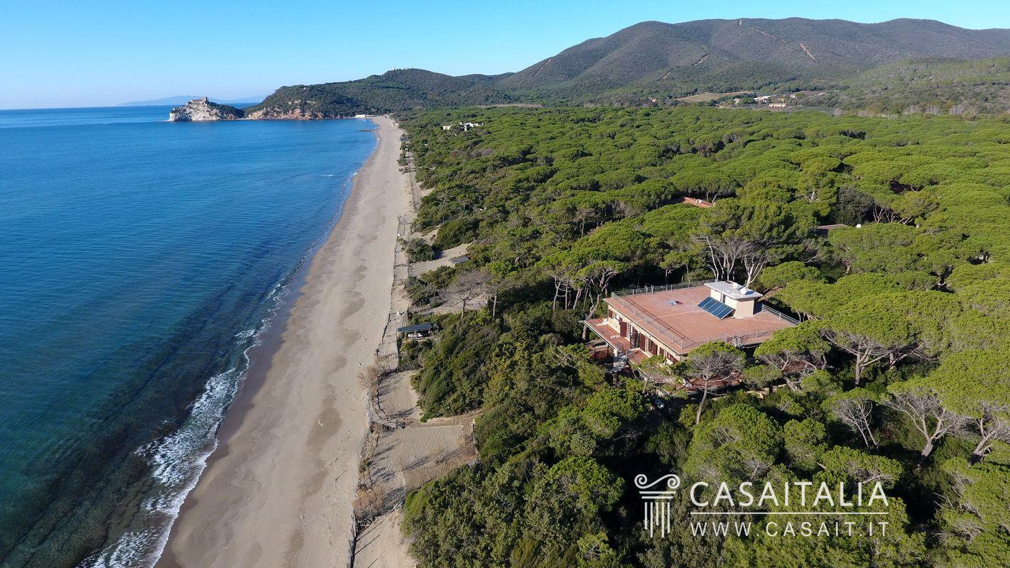 Villa sul mare suddivisa in appartamenti a roccamare for Ristorante da antonietta castiglione della pescaia