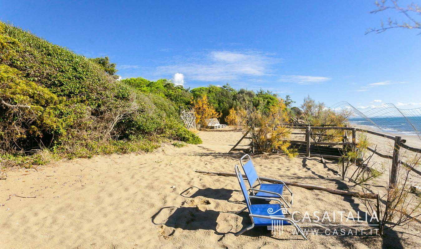 Villa sul mare suddivisa in appartamenti a roccamare for Planimetrie della cabina della spiaggia