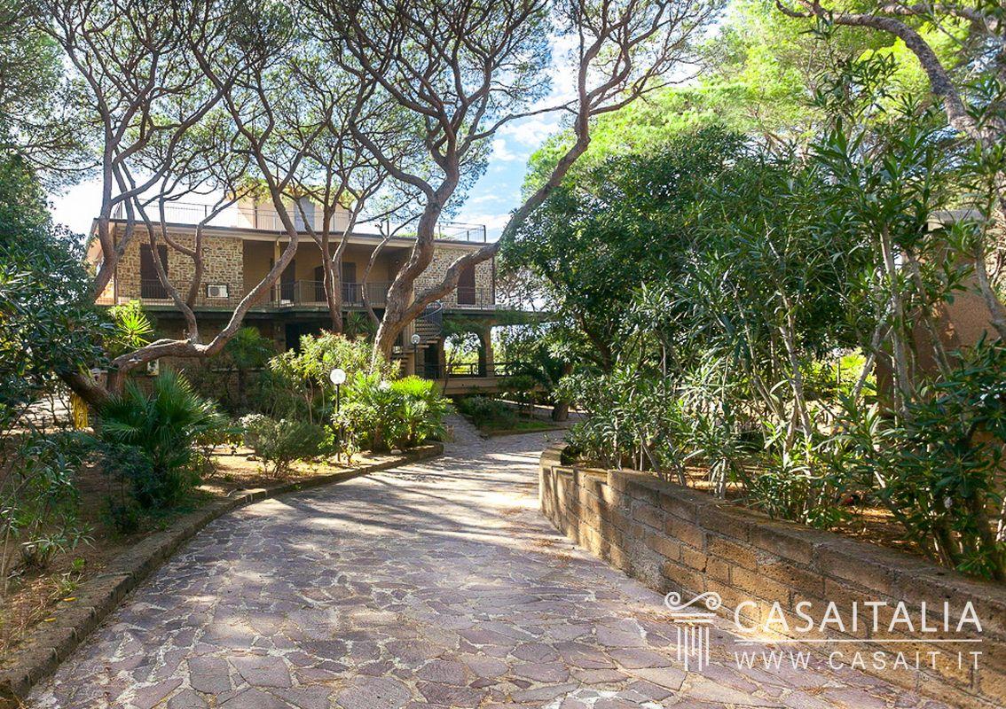 Villa sul mare suddivisa in appartamenti a roccamare for Planimetrie rustiche