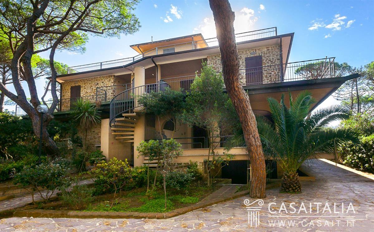 villa sul mare suddivisa in appartamenti a roccamare