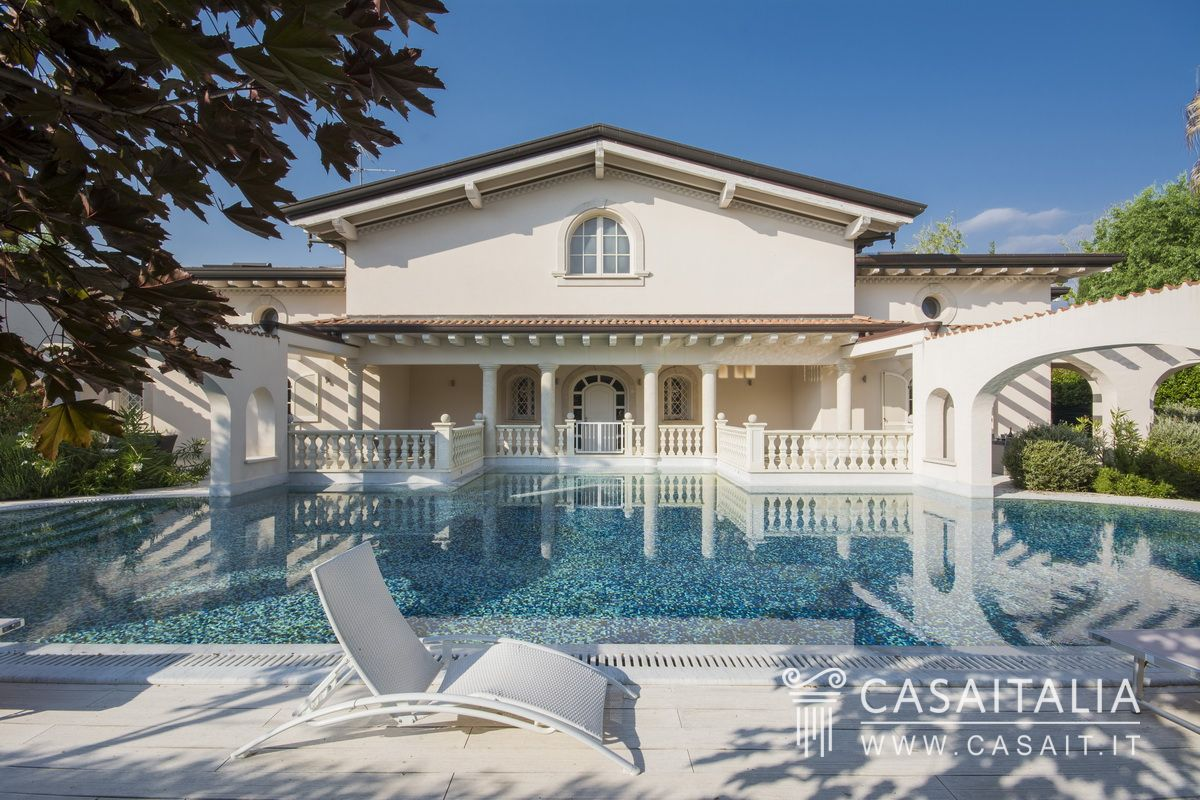 Villa di lusso con piscina in vendita a forte dei marmi for Immagini di entrate di ville