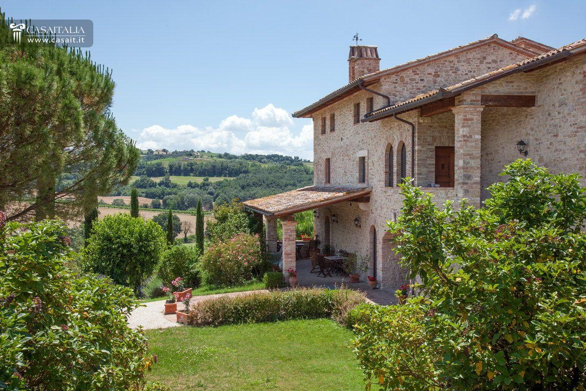 Casale di lusso con piscina in vendita a todi umbria for Ville rustiche di lusso