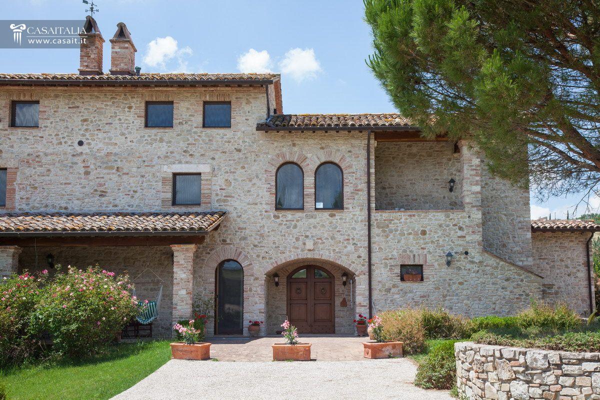 Casale di lusso con piscina in vendita a todi umbria for Cabinati di lusso in vendita