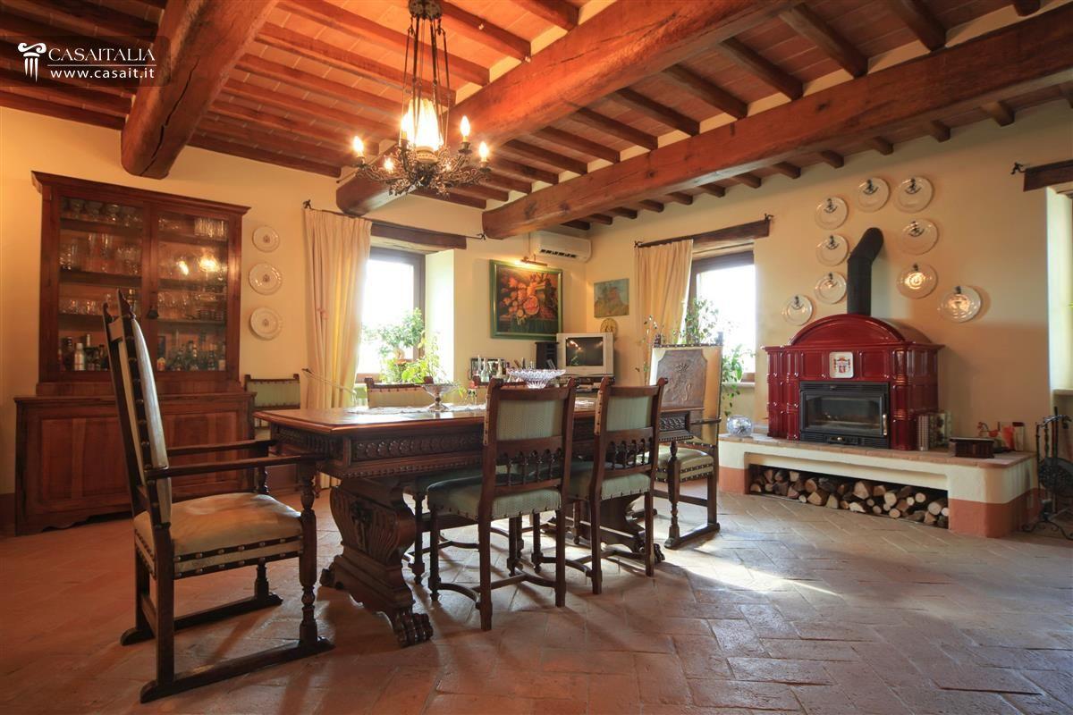 Casale di lusso con piscina in vendita a todi umbria for Sala da pranzo veranda