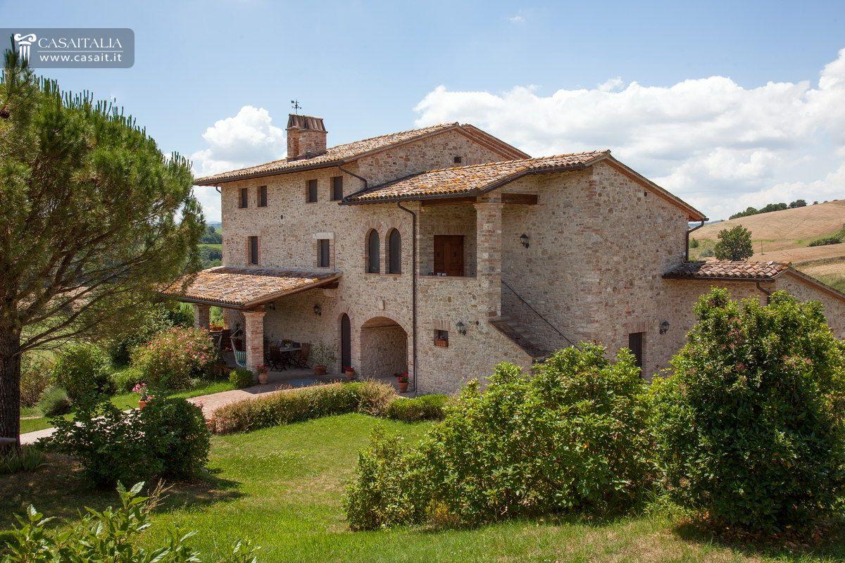 Casale di lusso con piscina in vendita a todi umbria for Disegni di case in vendita