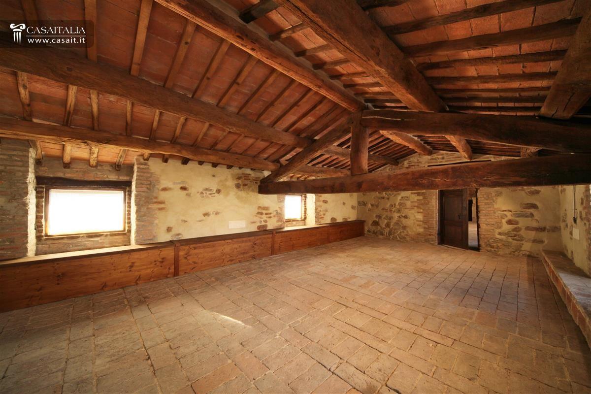 Palazzo storico ristrutturato in vendita tra umbria e toscana for Garage con soffitta