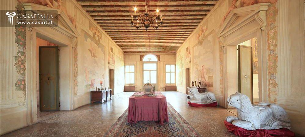 Villa affrescata con parco in vendita a 15 km da padova for Interni ville antiche