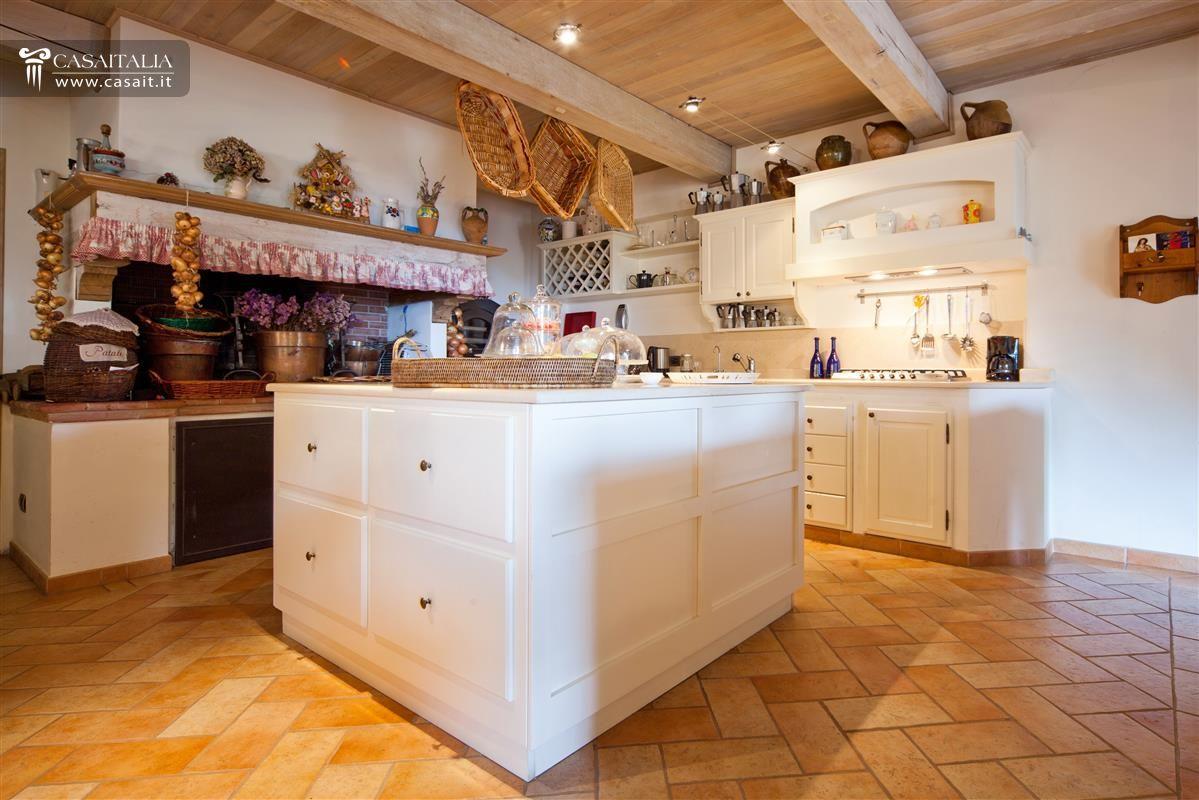 Villa in vendita sul lago trasimeno for Vendita design
