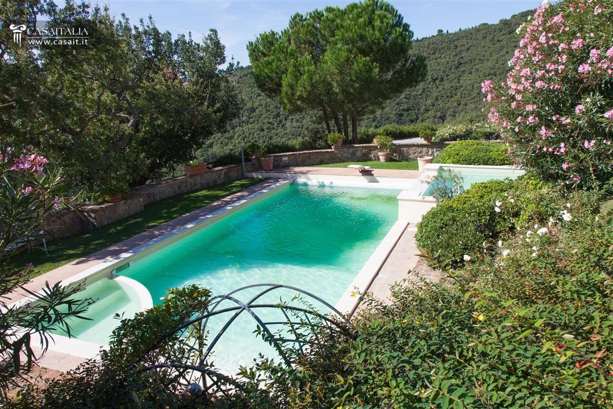 Villa in vendita sul lago trasimeno - Giardino con piscina ...