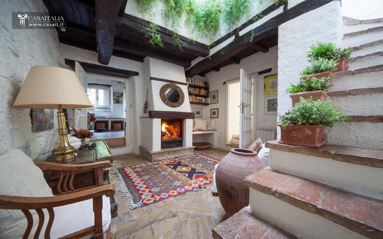 Antico casale con torre medievale in vendita for Casali interni