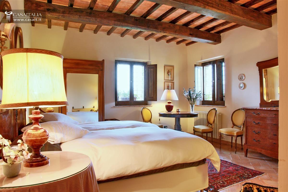 Umbria villa di lusso in vendita a todi - Camera da letto con travi in legno ...