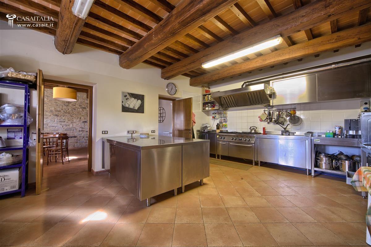 Umbria assisi borgo ristrutturato con terreno e piscina for Vendita arredamento