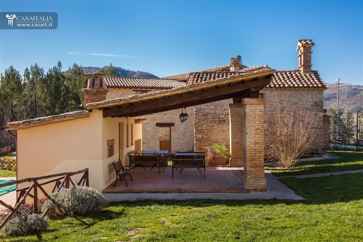 Case di campagna con portico design casa creativa e for Piani casa colonica di campagna