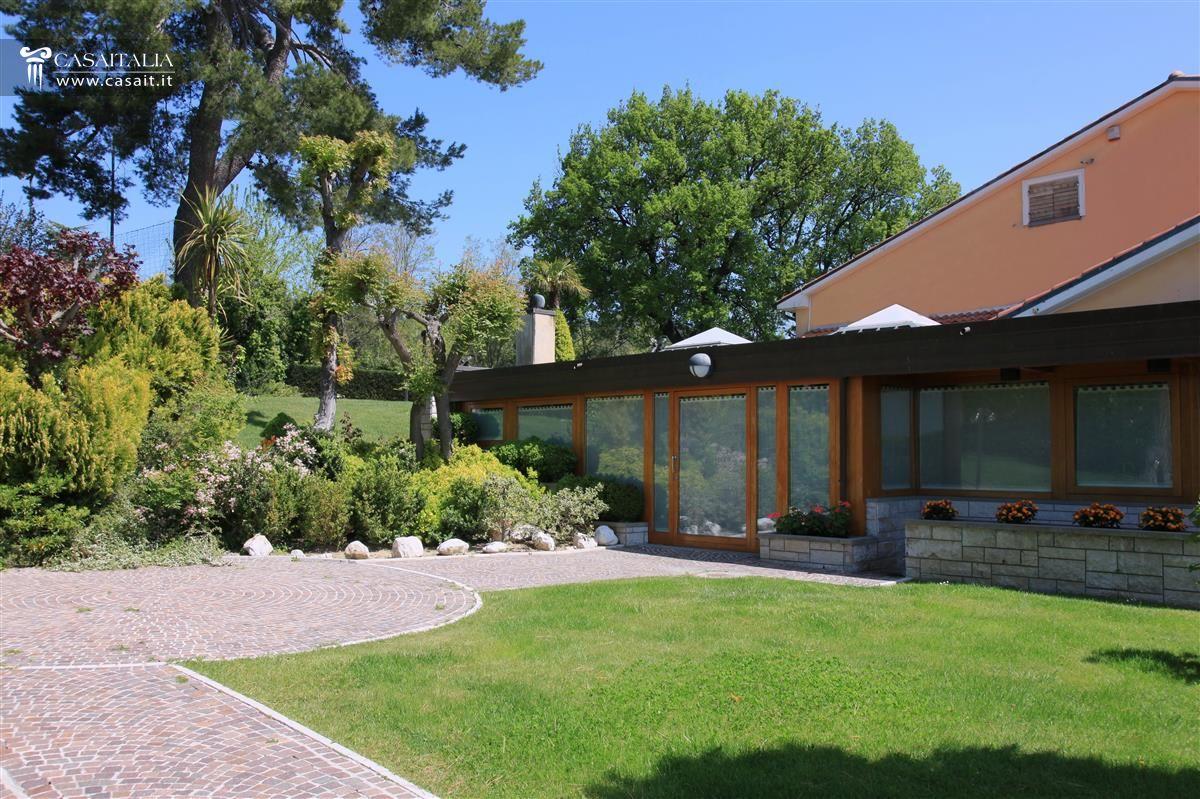 Marche pesaro vendita villa vicino al mare for Grande villa in vendita