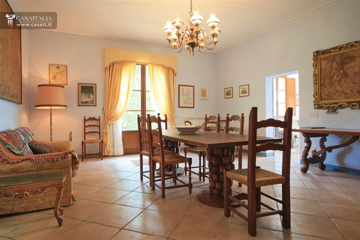 Sala Da Pranzo Con Camino Collegata Al Living Ha Un Tavolo Con Panca  #9A5E31 1199 800 Sala Da Pranzo Legno Massello
