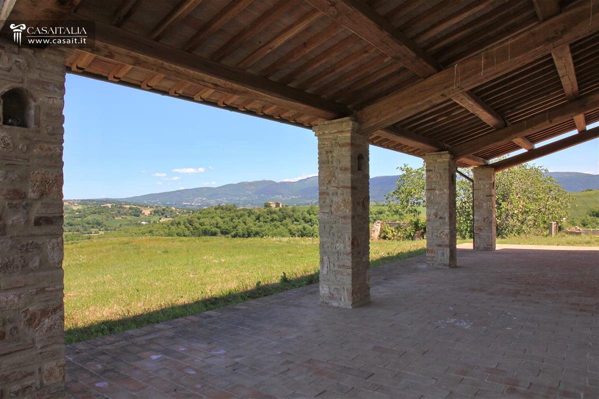 Umbria todi casale vendita ristrutturato for Casa con avvolgente portico in vendita