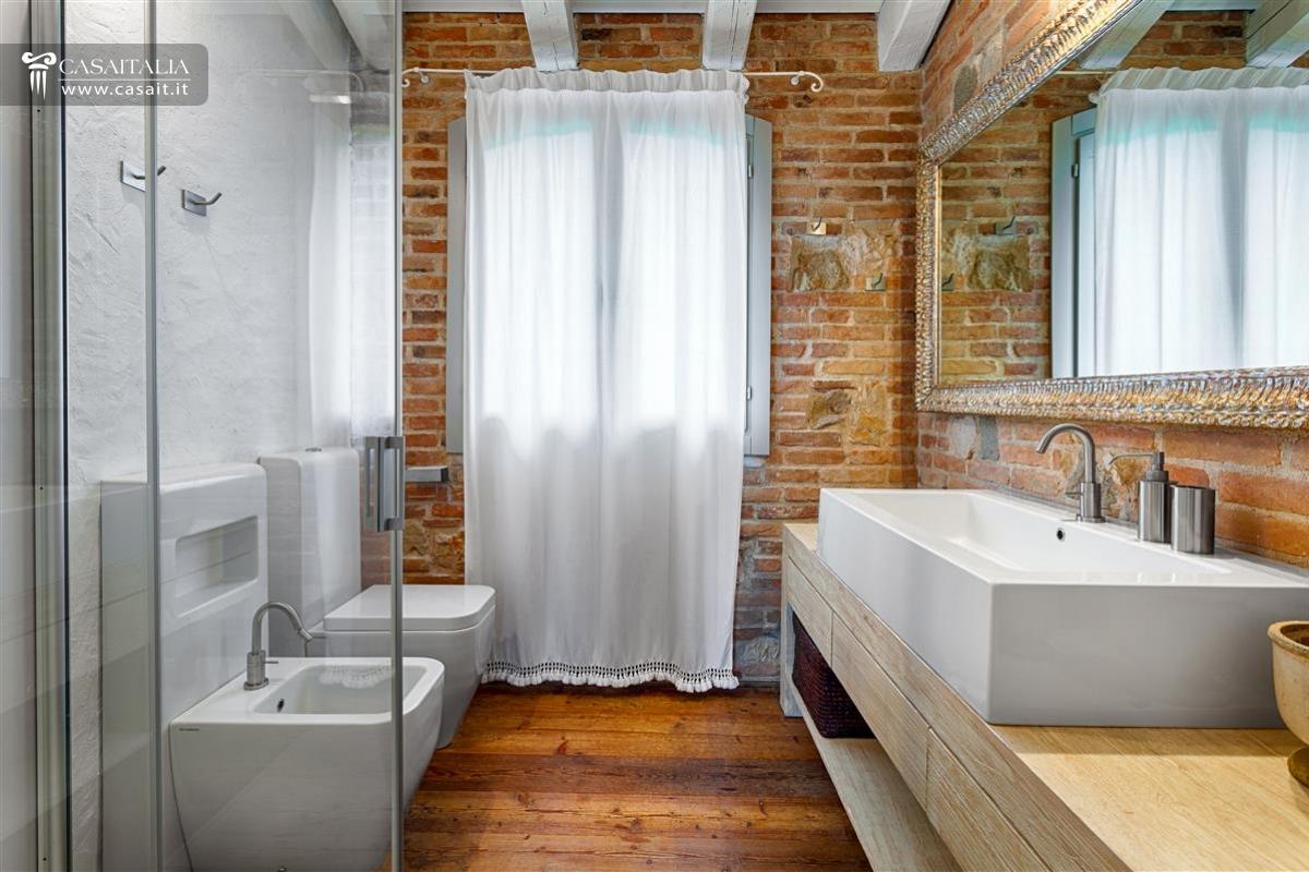 Vendita villa di lusso con piscina vicino venezia for Mobile bagno rustico moderno