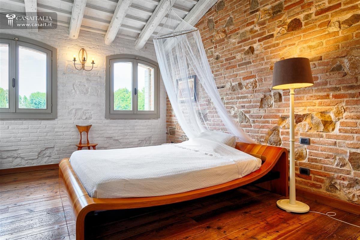 Vendita villa di lusso con piscina vicino venezia - Camino in camera da letto ...