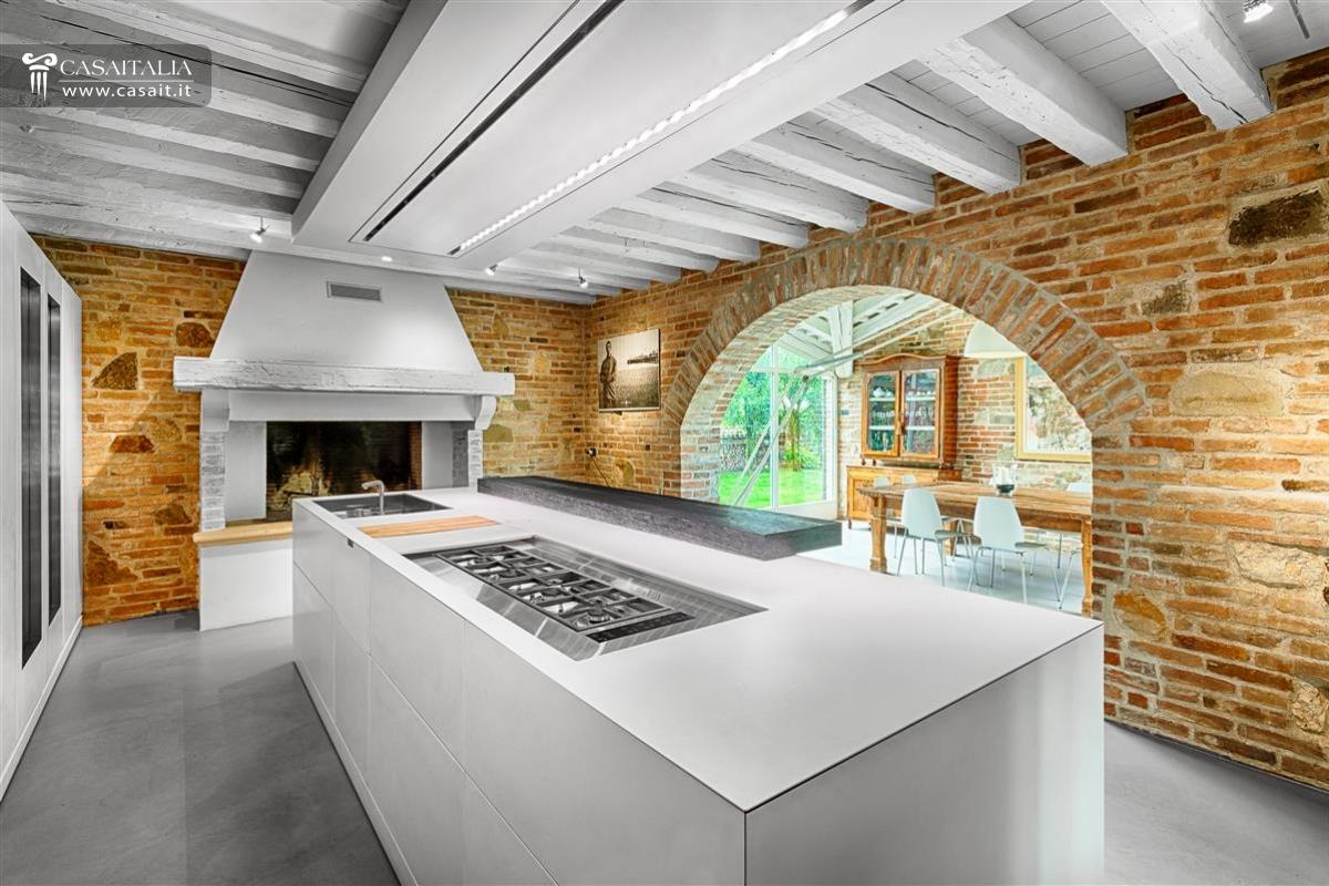 Vendita villa di lusso con piscina vicino venezia for Case con grandi cucine in vendita