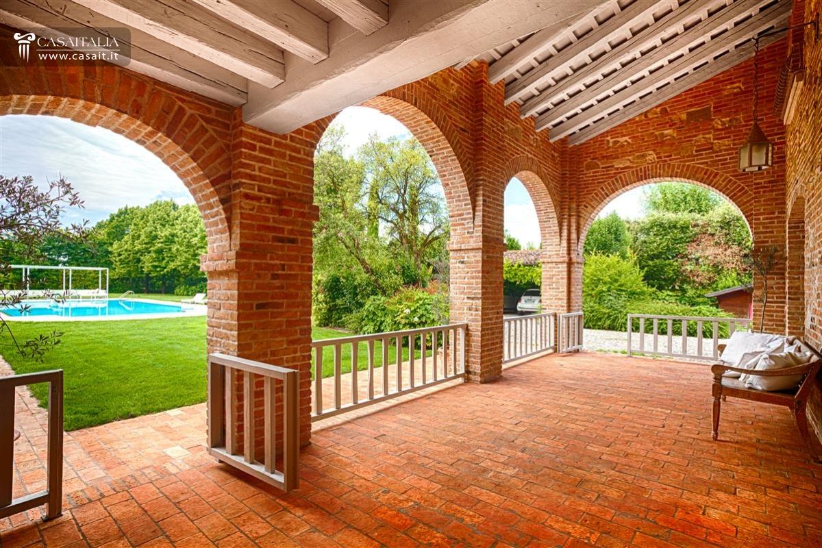 Vendita villa di lusso con piscina vicino venezia for Piani casa di campagna con avvolgente portico