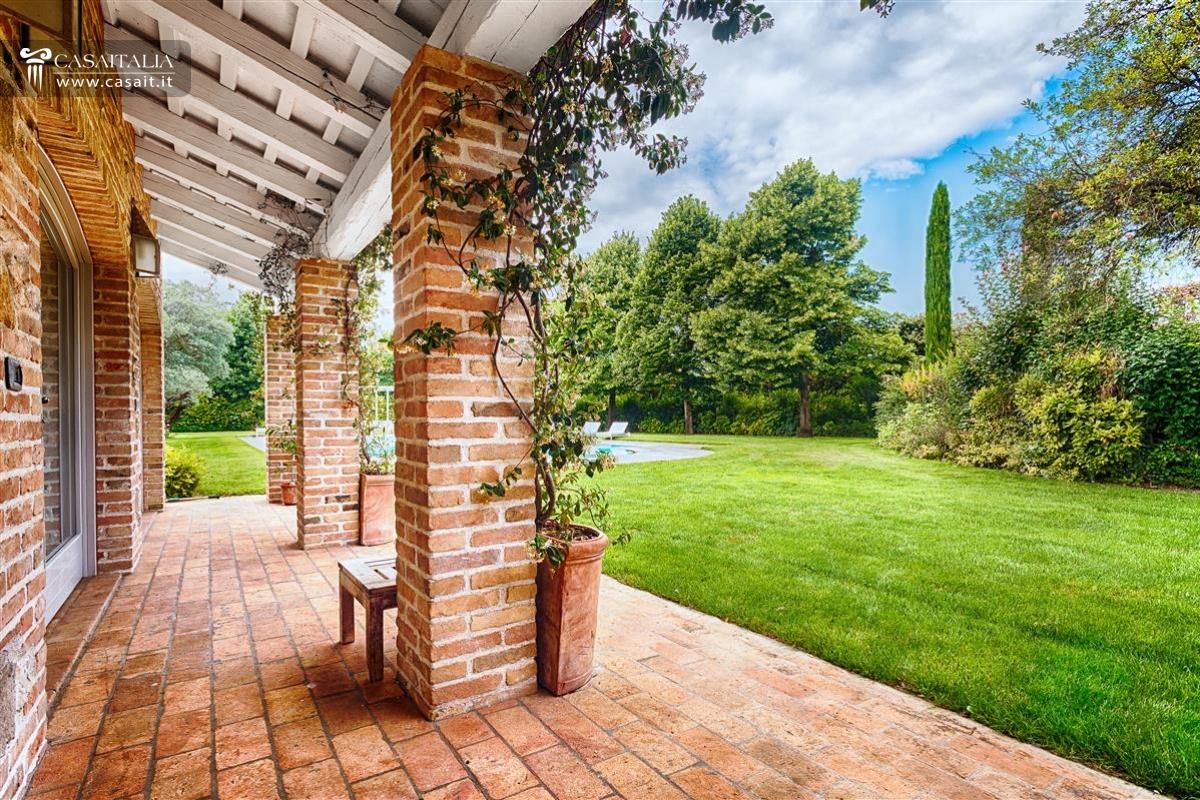 Vendita villa di lusso con piscina vicino venezia for Portico moderno