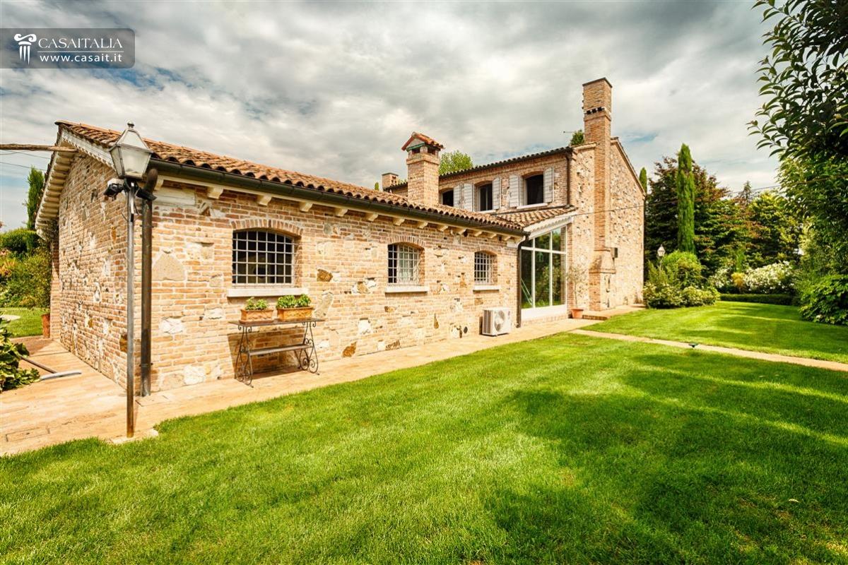 Vendita villa di lusso con piscina vicino venezia for Case in vendita provincia di udine