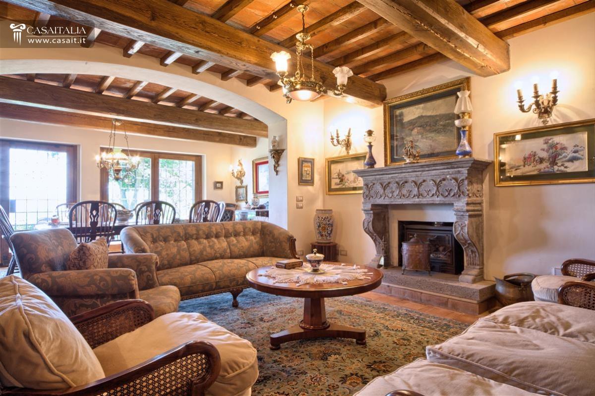 Soggiorno rustici con camino idee per il design della casa for Salotto rustico