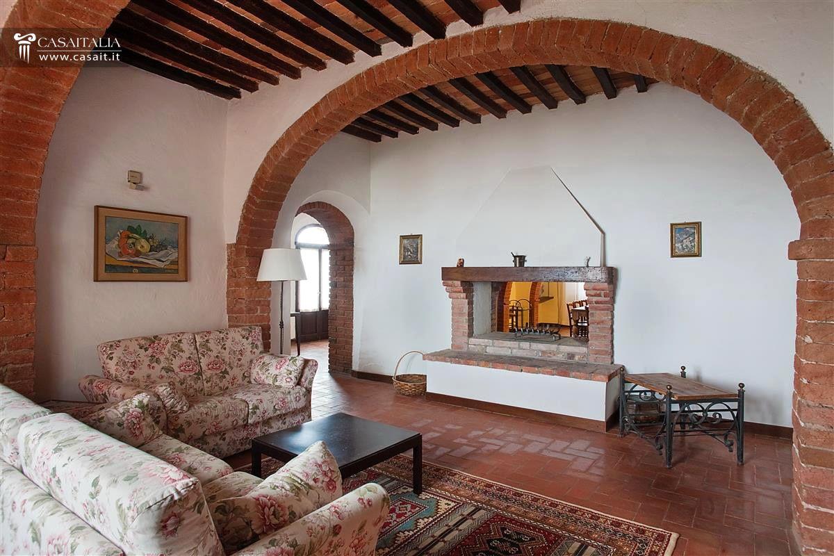 Toscana torrita di siena vendita casale con piscina for Interni ristrutturati